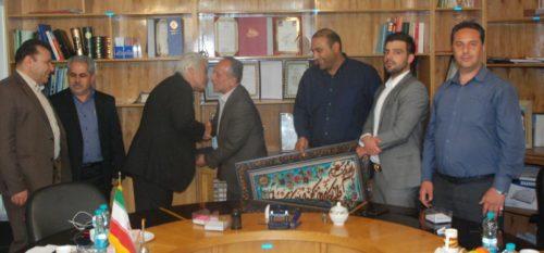تجليل اعضاي شوراي اسلامي شهر و مهندس كچويي شهردار رودهن از جانباز سيد حسن سيد حسيني در دفتر شورا